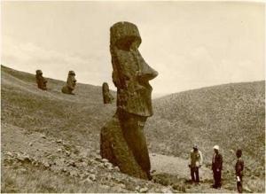 Một đoàn nghiên cứu đang khảo sát một Moai lớn