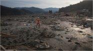 Một nhân viên cứu hộ tại làng Saito nay đã bị tàn phá hoàn toàn sau trận động đất và sóng thần vào thứ sáu ngày 11/3/2011. Nguồn: New York Times