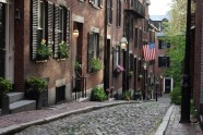 Khu Beacon Hill được xây dựng từ cuối thế kỷ 18 với những con đường hẹp lát đá và đèn đường đốt bằng khí gas là một trong những nơi đáng sống nhất ở thành phố Boston (Mỹ).