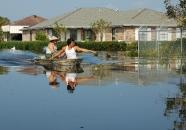 Những cư dân gốc Việt ở làng Versailles trở về nhà sau cơn bão Katrina. Nguồn: avillagecalledversailles.com