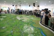 Dân chúng đổ xô đi xem triển lãm quy hoạch Hà Nội với những hình ảnh đô thị hiện đại và hoành tráng. Thế nhưng quy hoạch không phải là vẽ ra một tương lai hấp dẫn (mà bất cứ ai có kỹ năng đồ họa và chí tưởng tượng đều làm được) mà là làm sao để đạt tới tương lai đó, câu hỏi mà đồ án Hà Nội còn để ngỏ.