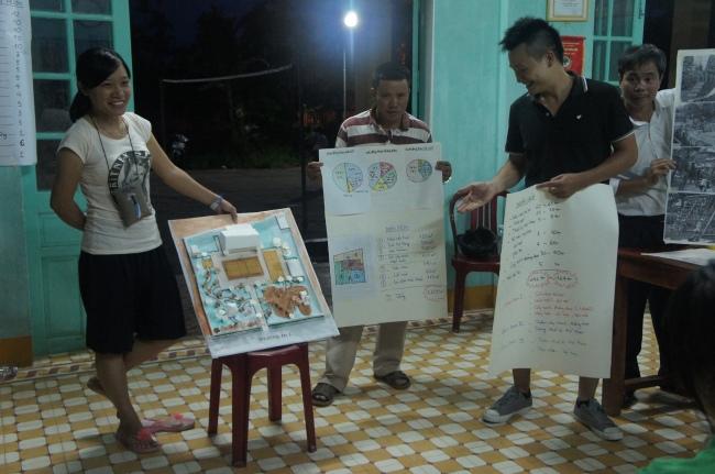 Hình 14: Sử dụng mô hình và bảng giấy lớn để trình bày phương án thiết kế với người dân vào tối ngày 17/6.