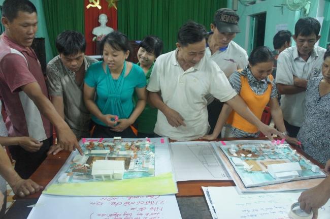 Hình 14: Người dân được mời lên trao đổi trực tiếp với nhóm thiết kế về từng phương án