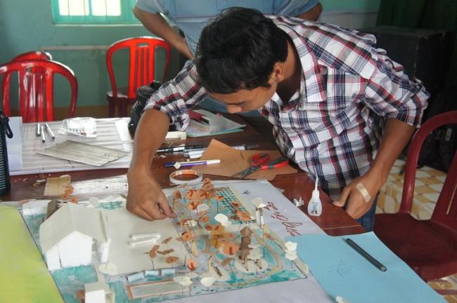 Hình 11: Cảnh, một cộng tác viên tại địa phương của Trung tâm Hành động vì Đô thị tham gia cùng với các KTS trong việc xây dựng mô hình sân chơi NVH An Mỹ trong tương lai.