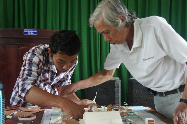 Hình 16: Chú Hùng, KTS kỳ cựu tại Hội An và Cảnh, cộng tác viên của dự án, đang cùng hoàn thiện mô hình cho phương án 1.