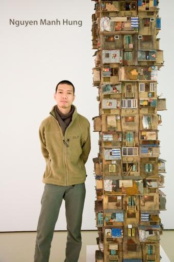 Họa sĩ bên mô hình chung cư Hà Nội. Nguồn: hung6776.com