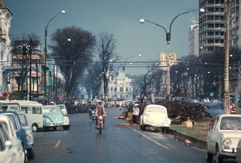 Đại lộ Hàm Nghi sau một cơn mưa. Ảnh của Brian Wickham