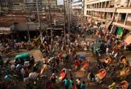 Một khu phố lộn xộn tại Dhaka, Bangladesh. Người dân tại đây ở trong những tòa nhà cũ kỹ lụp xụp và đi lại bằng xe kéo.