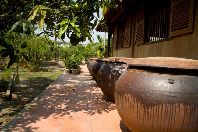 Hình 8: lu và bể nước mưa từng là những bộ phận không thể thiếu trong các ngồi nhà của người Việt cách đây không lâu. Nguồn: nguyethoa.net.