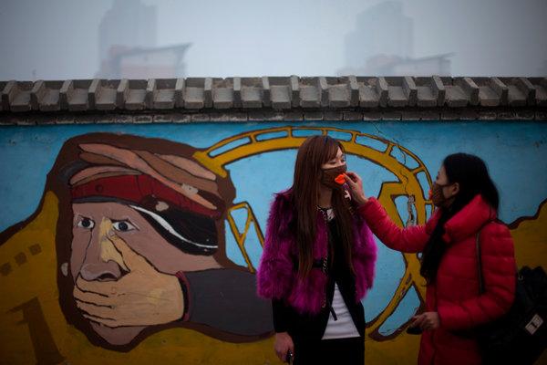 Mặt nạ thời trang cho các bạn trẻ để đối phó với nạn ô nhiễm không khí tại Bắc Kinh. Ảnh Alexander F. Yuan/Associated Press