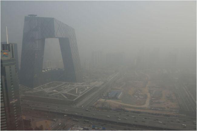 Đài truyền hình Trung Ương do Rem Koolhaas thiết kế chìm trong bầu không khí ô nhiễm. Ảnh Jason Lee/Reuters.