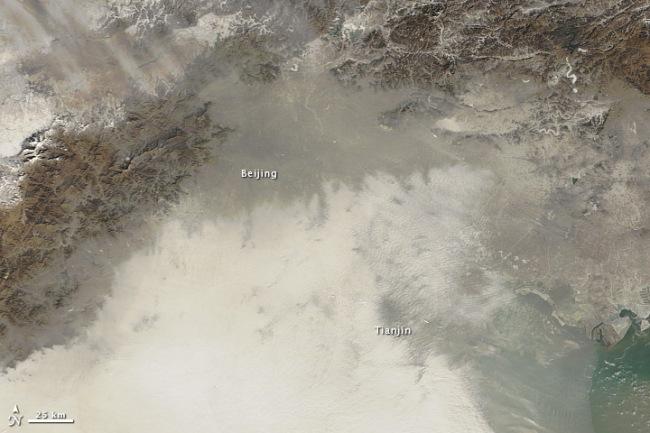 Được chụp vào ngày Chủ nhật ngày 13.1, từ vệ tinh Suomi NPP, nhìn từ trên không, bạn có thể thấy một màn khói lớn che phủ quốc gia này, biến những cảnh quan hè phố thành những hình ảnh xám mờ ma quái chìm trong các hạt bụi lơ lửng.