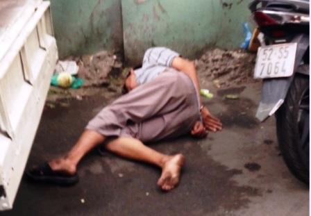 Anh Tình bị đánh đến ngất xỉu nhưng tổ công tác vẫn bỏ mặc nạn nhân nằm lê lết trên đường với 2 tay bị còng ra phía sau. Nguồn: Dantri.com.vn