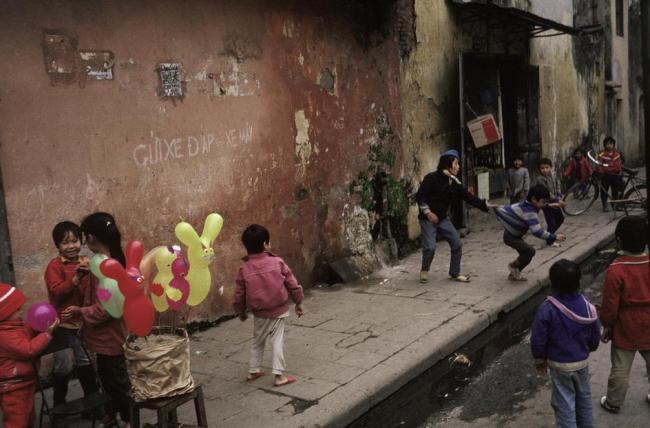 Trẻ em trên đường phố Hà Nội ngày Tết.