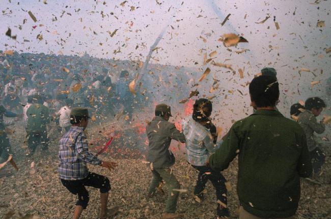 Cảnh náo nhiệt trong màn thi pháo ở làng Đồng Kỵ.