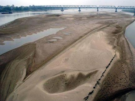 Sông Hồng cạn trơ đáy trong mùa khô. Ảnh: Tuổi Trẻ