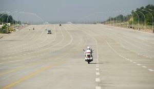 Một đại lộ rộng 20 làn xe bên ngoài toàn nhà quốc hội của Myanmar tại Naypyidaw