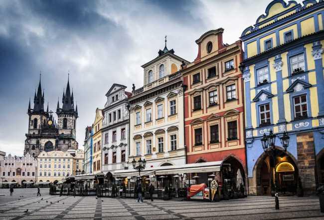 Ngoài một vài công trình điểm nhấn như nhà thờ, các tòa nhà khác ở Quảng trường Phố cổ (Staroměstské náměstí) tại Praha (CH Séc) đều có cùng chiều cao nhưng khác nhau về màu sắc và kiểu mái - Một ví dụ tuyệt vời về sự cân bằng giữa tính tổ chức và tính đa dạng trong đô thị.