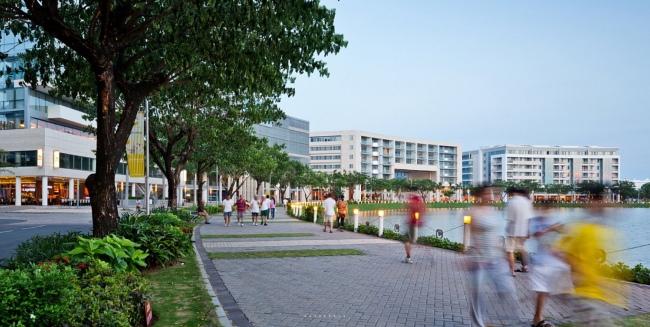 Những công trình hỗn hợp về mục đích sử dụng (chủ yếu là thương mại để 'kích hoạt' không gian công cộng vào ban ngày, và nhà ở để thực hiện vai trò trên vào buổi tối) có tỷ lệ thân thiện với con người nằm uốn mình theo đường dạo ven hồ Bán Nguyệt ở khu đô thị Nam Sài Gòn là ví dụ điển hình về xử lý 'tỷ lệ' công trình trong thiết kế đô thị.